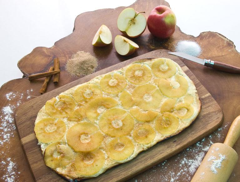 Apfel-Flammkuchen mit Rahm, dünnen Apfelscheiben, Zucker und Zimt