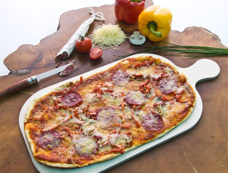 Pizza-Flammkuchen mit Tomatensoße, Pilzen, Paprika, Käse & Salami