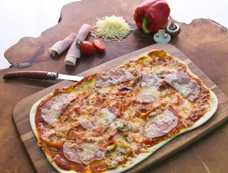 Pizza-Flammkuchen mit Tomatensoße, Pilzen, Paprika, Käse & Schinken