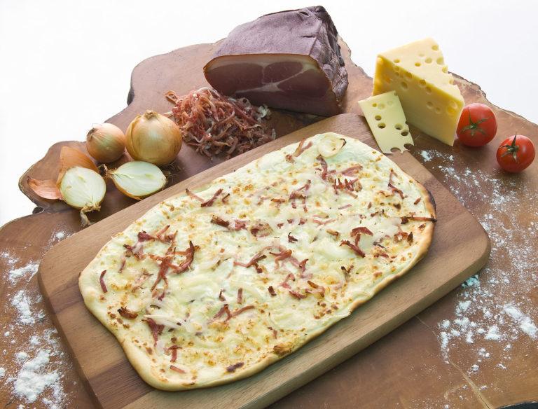Flammkuchen mit Rahm, Speck, Zwiebeln & Käse