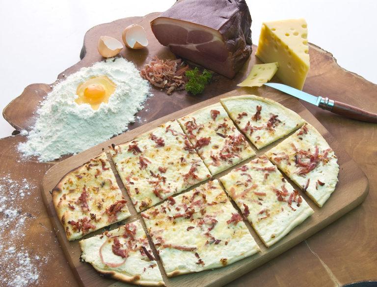 Flammkuchen mit Rahm, Speck & Käse