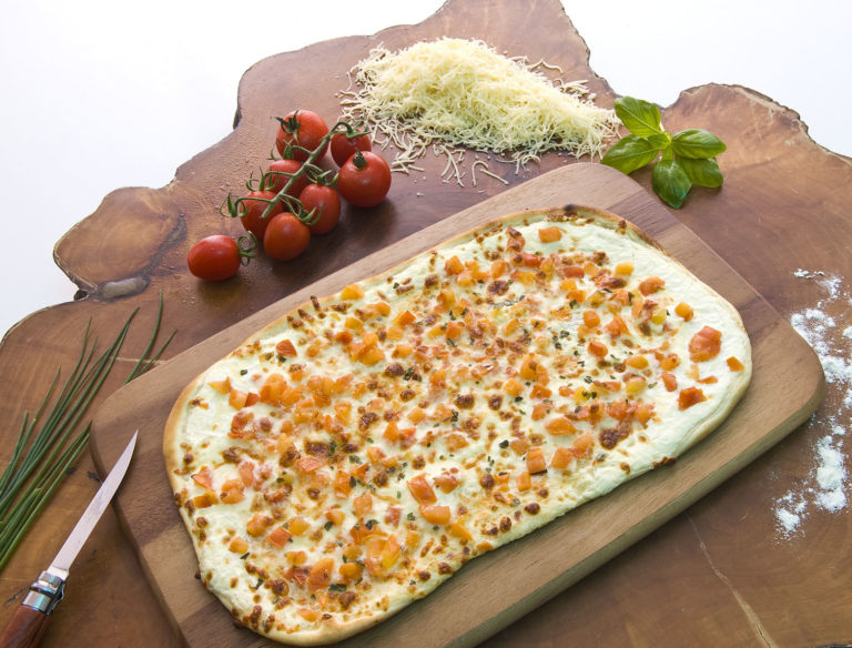 Flammkuchen mit Rahm, Tomaten & Mozzarella