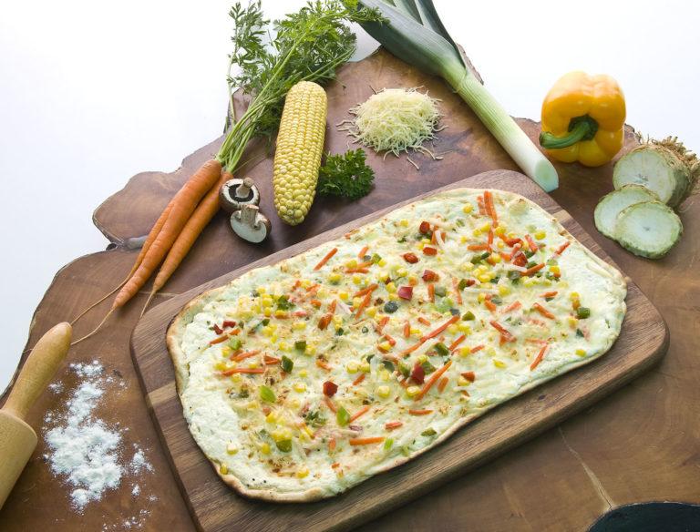 Flammkuchen mit Rahm, Gemüse & Käse